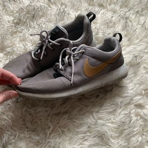 Shoes - Nike Rosche! Size 8 🎀